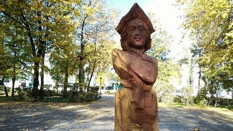 В павловском городском парке установили деревянный бюст Петра I