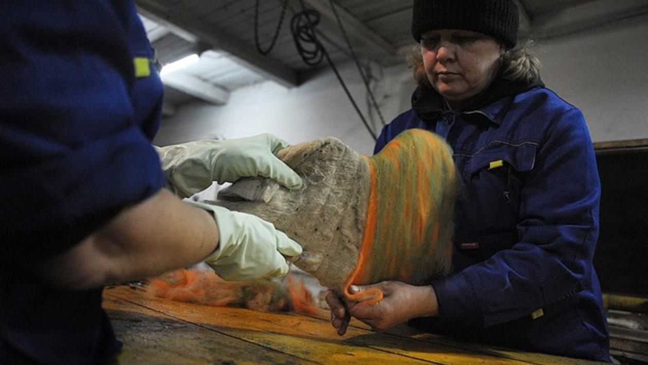 В Воронежской области делают красные валенки с зелеными галошами