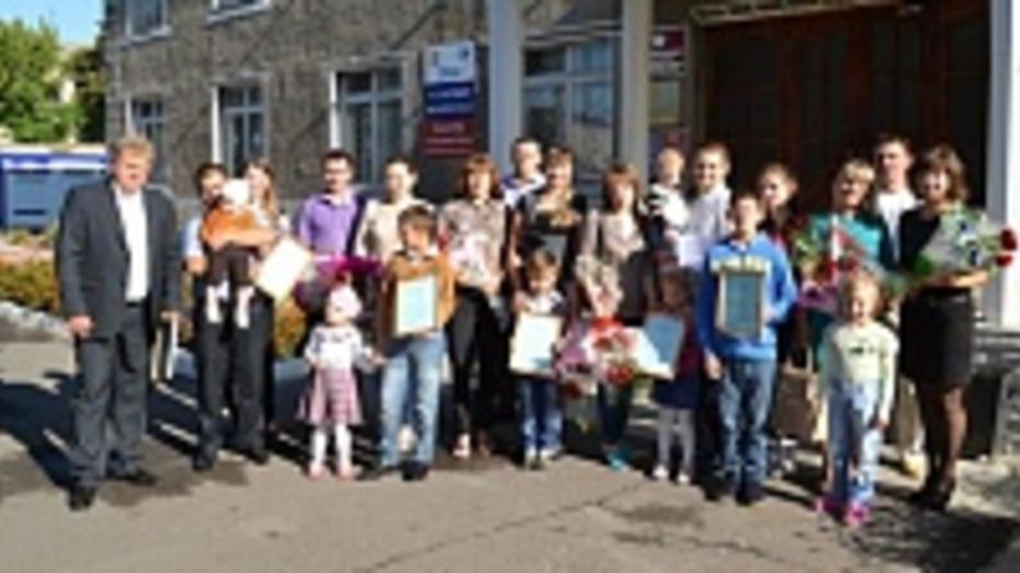 В Грибановском районе восемь молодых семей получили сертификаты на улучшение жилищных условий