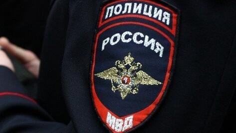 В Воронежской области мать 14 детей напала на приехавшего забрать дочь полицейского