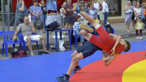 На «Ярмарке спорта» воронежцы увидели разницу между борьбой и дзюдо