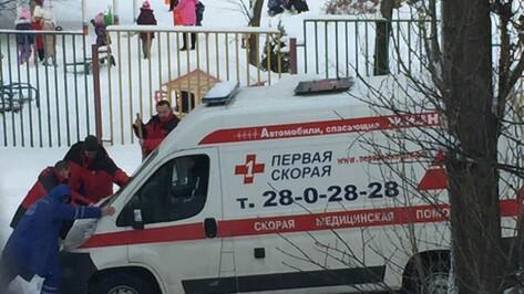 В Воронеже из-за сугробов во дворе завязла машина скорой помощи