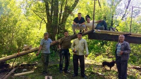 В Хохольском районе добровольцы отремонтировали ветхий мост через реку Девицу