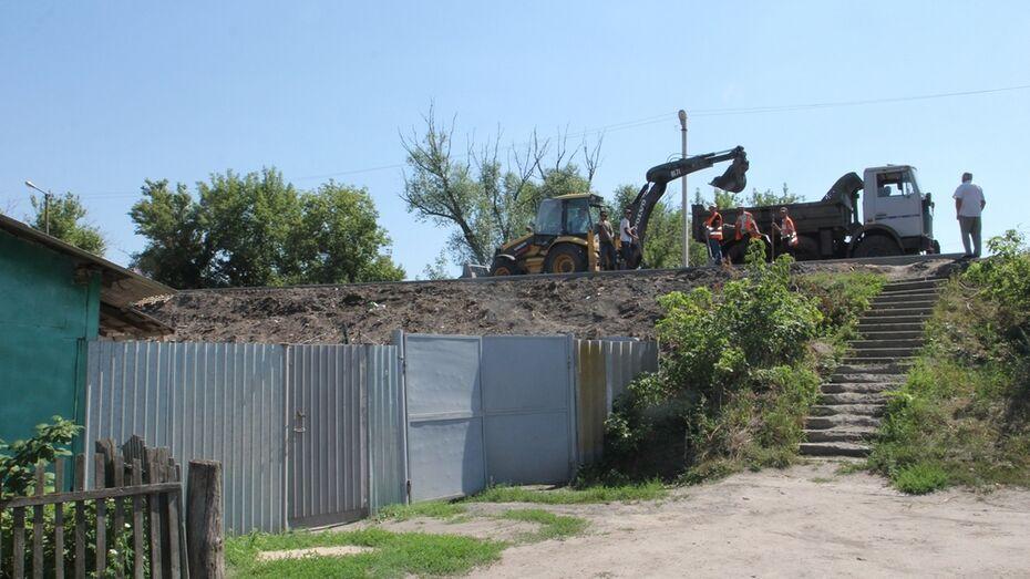 В Боброве жители попросили установить ограждения возле строящегося моста