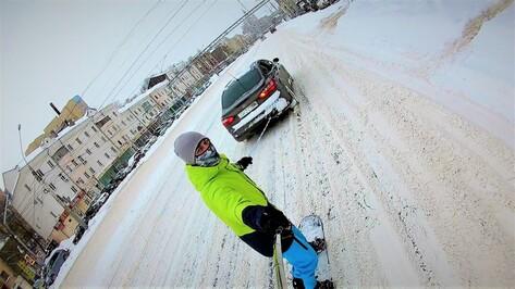 Воронежец снял на видео катание на привязанном к машине сноуборде в центре города