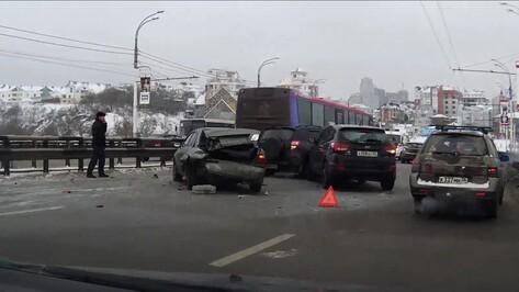 Массовое ДТП на Чернавском мосту в Воронеже вызвало огромную пробку