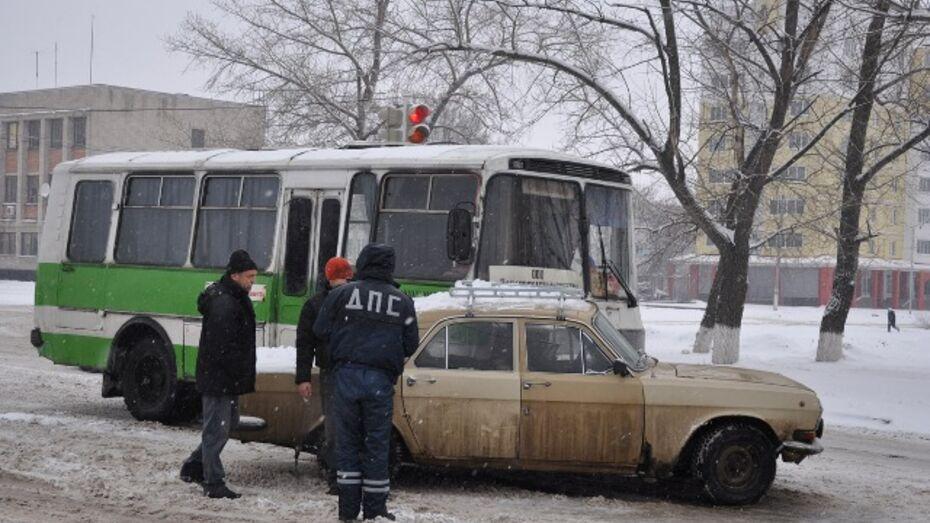 В Павловске «Волга» врезалась в пассажирский автобус