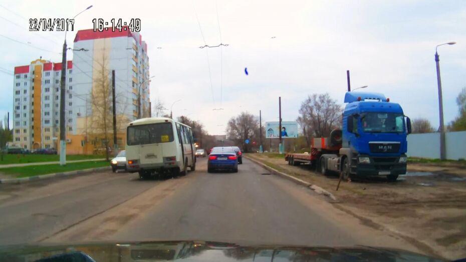В сети появилось видео выезда маршрутного «ПАЗа» на «встречку» в Воронеже