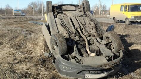 Два человека погибли в Воронежской области в перевернувшихся в кювет машинах