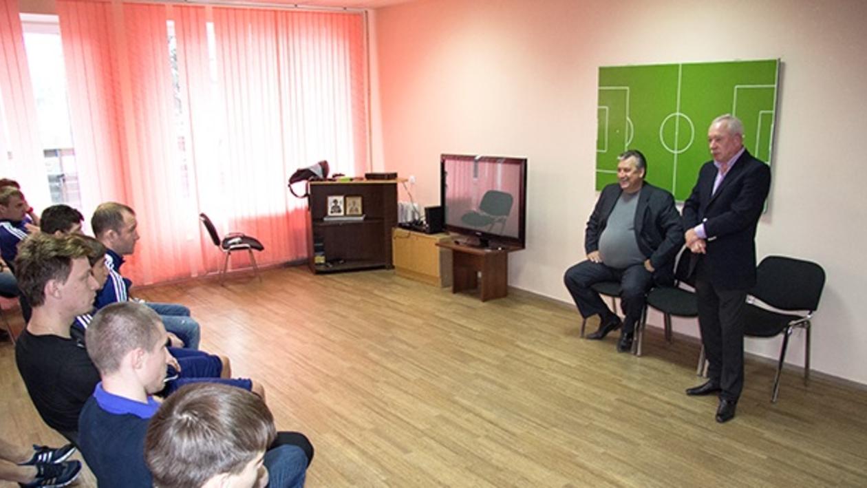 Нового главного тренера «Факела» Александра Корешкова официально представили команде