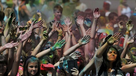 Участники фестиваля Холи в Воронеже высыпали друг на друга 3 тонны красок