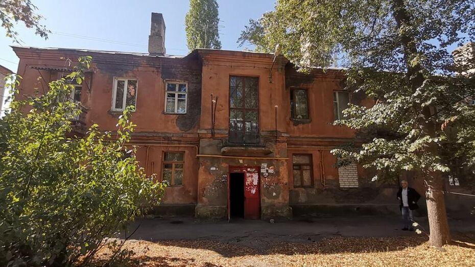 Дом с проваливающимися полами в центре Воронежа показали изнутри