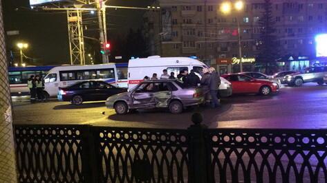 В Воронеже маршрутка столкнулась с «ВАЗом»: пострадал пассажир легковушки