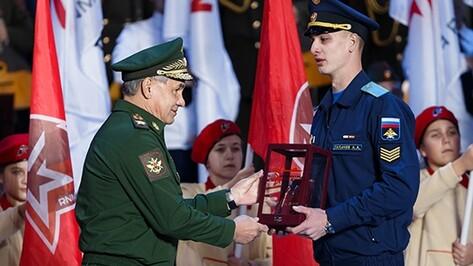 Министр обороны наградил воронежского курсанта за спасение детей из горящего дома