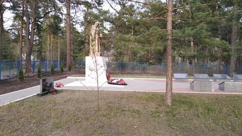 Сотрудники «Воронежэнерго» благоустроили братскую могилу в Сомово
