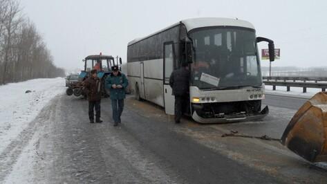 Под Воронежем автобус врезался в дорожную машину: пострадали четверо