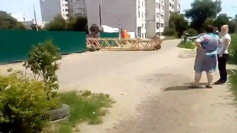 Упавший кран в Воронеже попал на видео