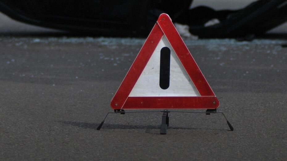 В Бобровском районе автомобиль Kia врезался в дерево
