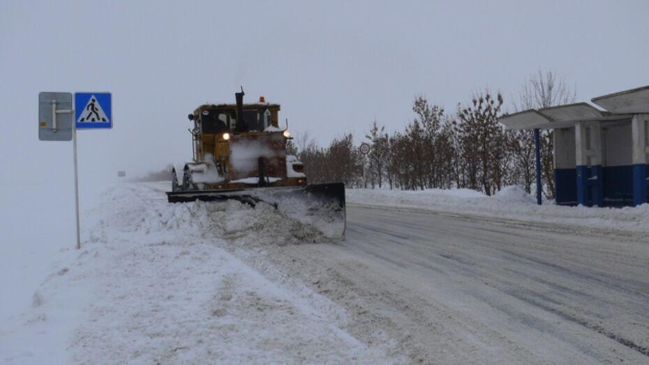 В Верхнемамонском районе дорожники чистили снег ночь напролет
