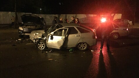 В Воронеже 3 человека пострадали при столкновении «ВАЗа» и Mercedes