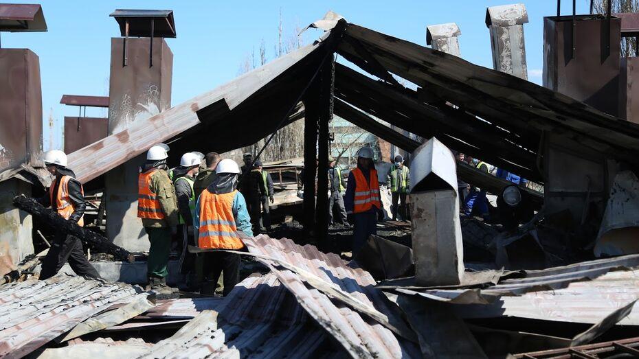 Коммунальщики начали демонтаж сгоревшей кровли в воронежской пятиэтажке