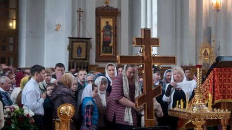 В Воронеж привезли крест с частицей ризы Господней