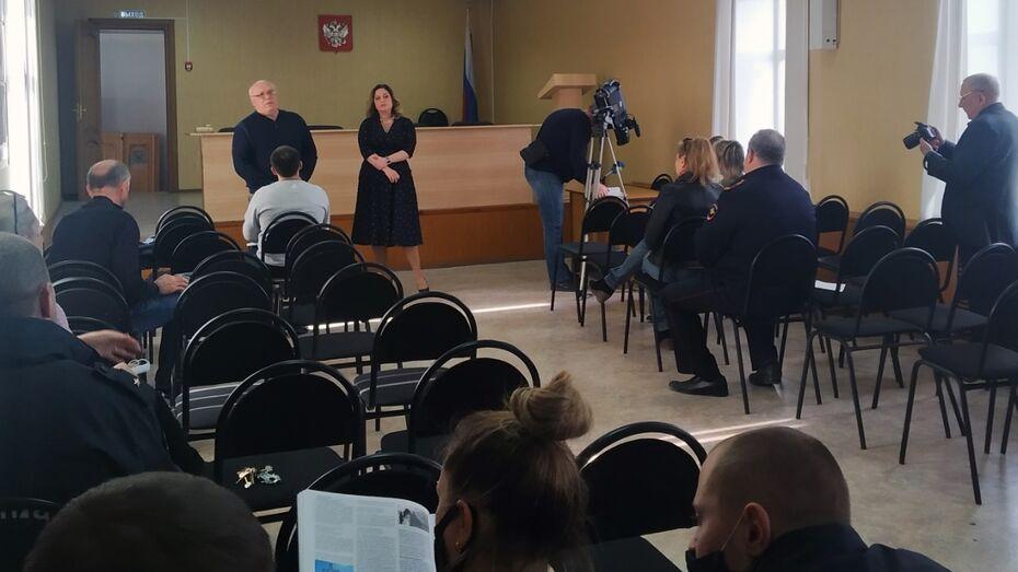 Острогожским полицейским подарили книгу о концлагерях времен Великой Отечественной