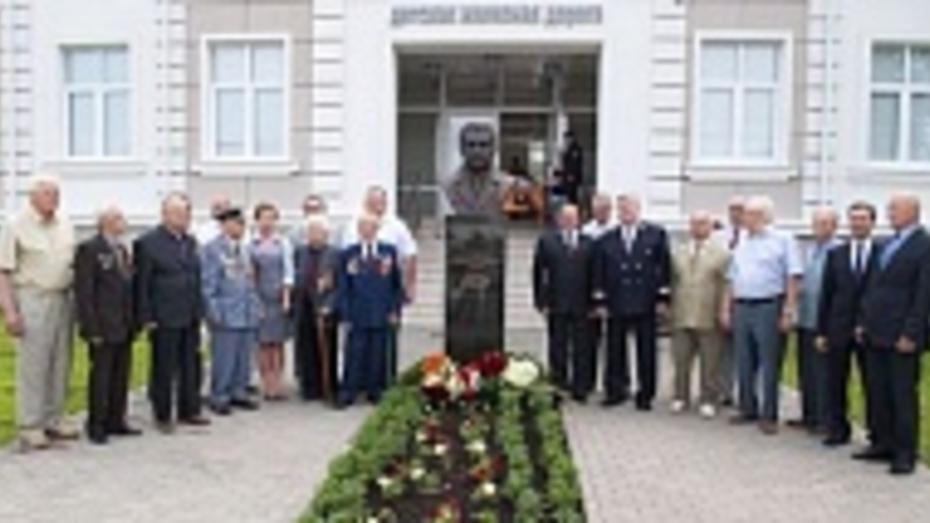 На детской железной дороге в Лисках установлен памятник железнодорожнику Александру Лысенко