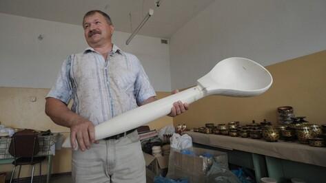 Мастера народных промыслов из Богучара вырезали полутораметровую ложку из липы для главы государства