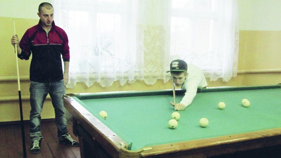 Жители богучарского села получили бильярдный стол