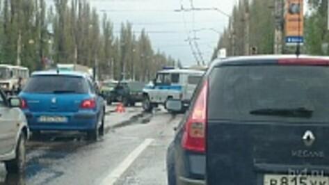 В Воронеже на Ленинском проспекте столкнулись полицейский УАЗ и «девятка»