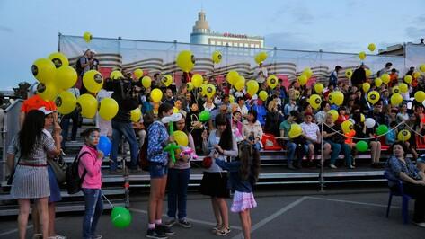 На акции #ВместеЯрче воронежцы запустили в небо 500 шаров со светодиодами