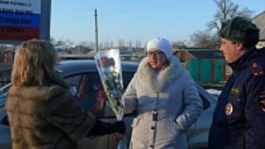 В Поворинском районе 8 марта госавтоинспекторы дарили женщинам цветы