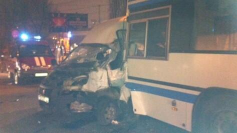 В аварии автобуса №80 и маршрутки пострадали пять человек