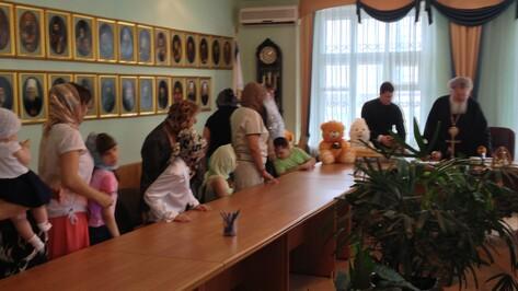 Митрополит Сергий раздал детям деньги, вырученные за пасхальные сувениры