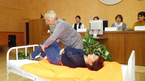 Воронежским соцработникам дали мастер-класс по уходу за лежачими больными