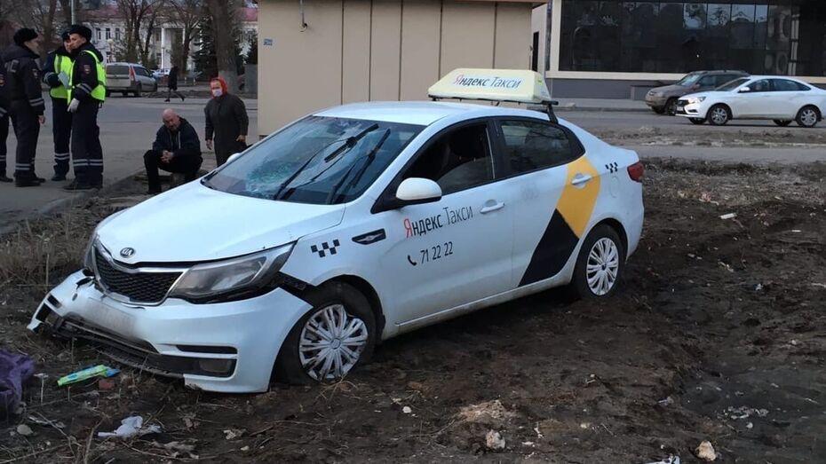 Таксист вылетел с дороги и насмерть сбил пенсионерку в Воронеже