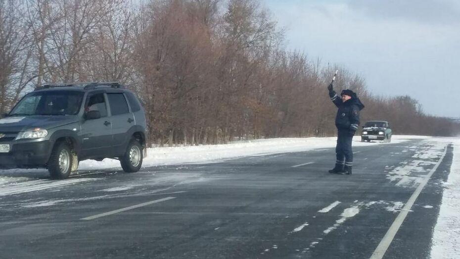 Верхнемамонские госавтоинспекторы помогли выбраться из снежного кювета двум водителям