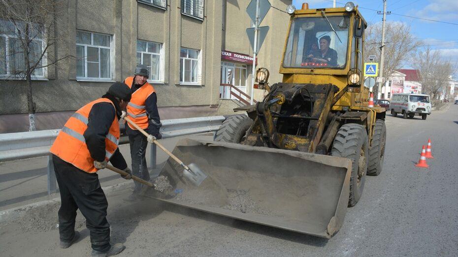 В Калаче дорожники приступили к очистке и ямочному ремонту магистралей