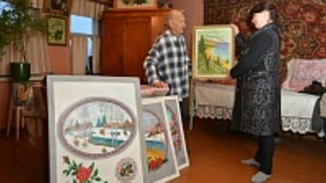 Художник-самоучка из Острогожского района подарил картины сельскому клубу