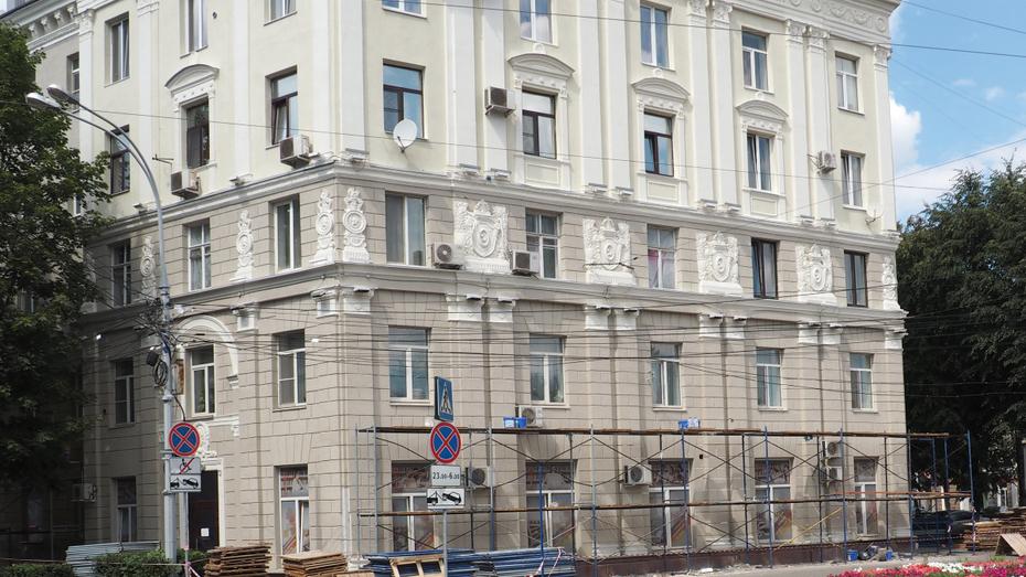 При капремонте фасада дома в центре Воронежа восстановят элементы архитектурного декора