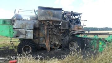 На поле в Эртильском районе загорелся комбайн