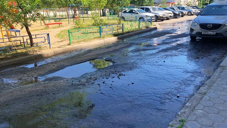 Воронежцы сообщили о двухдневном потоке воды во дворах рядом со школой
