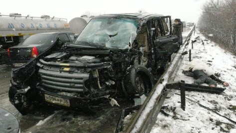 В Острогожском районе столкнулись грузовик, микроавтобус и два легковых автомобиля