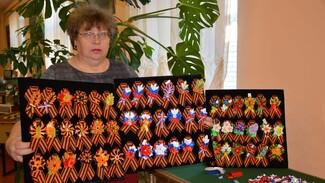 Жительница села Каширское изготовила более 250 брошей из георгиевской ленты