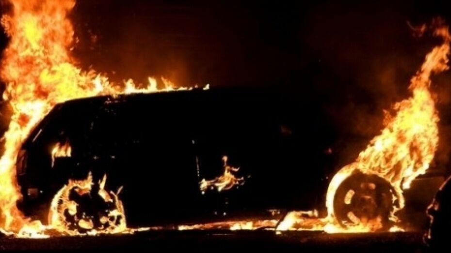 В Лисках ночью сгорел автомобиль Volkswagen Touareg