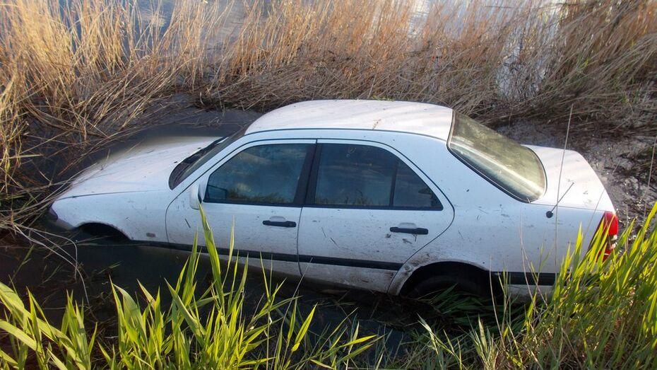 В Таловском районе Mercedes-Benz съехал в пруд