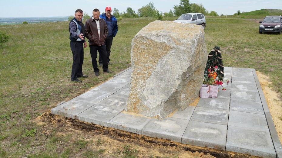 В Богучарском районе неизвестные украли бордюр возле нового памятника погибшим летчикам