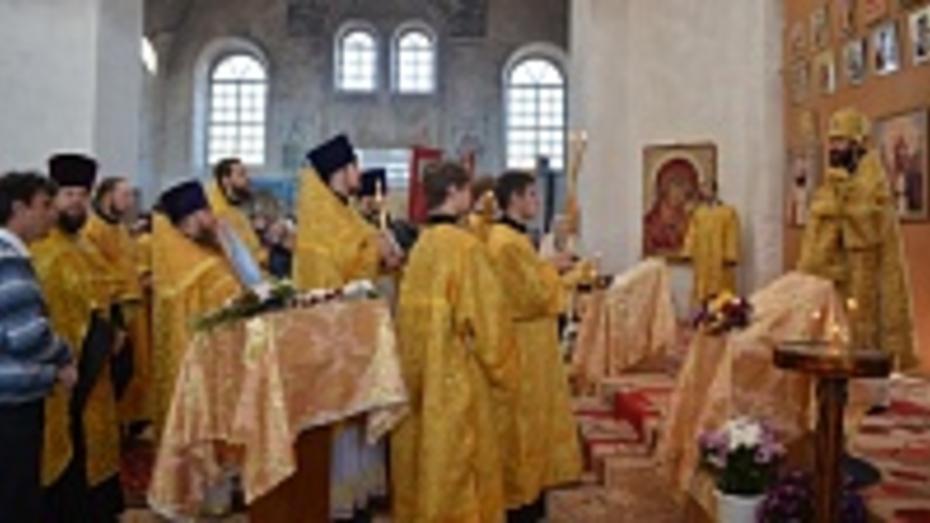 В Верхнемамонском районе в восстанавливающемся храме прошло первое архиерейское богослужение