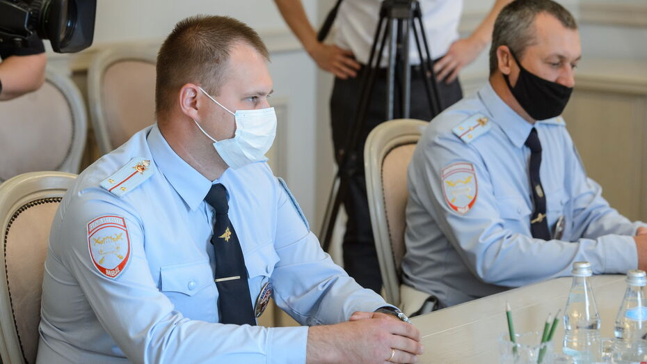 Двоих полицейских в Воронеже наградили за спасение людей из горящего автобуса